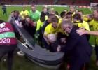 Video: PK ceļazīmi ieguvušie Zviedrijas futbolisti uzbrūk TV studijai