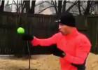 Video: Briedis cīnās ar bumbiņu, trenējot reakciju un sitiena precizitāti