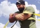 Video: Spēkavīrs notur divas lidmašīnas