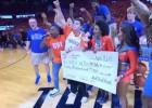 Video: Divi NBA fani vienā spēlē iemet no centra un tiek pie 20 000 dolāru