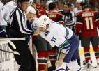 ''Canucks'' hokejistu gaida diskvalifikācija par saķeršanos ar fanu