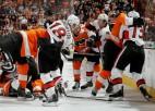 Video: ''Flyers'' un ''Senators'' spēlē pieci kautiņi