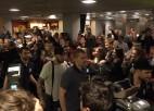 Video: Hokejistus mājās sagaida cienīgi, derībās zaudējušais aktieris Andžāns - dzied