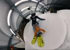 Video: Nitišs ar lāpstu izbrauc Siguldas kamaniņu trasi