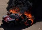 Video: Romēnam Dimā Dakaras rallijā sadeg automašīna