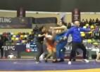 Video: Dūšīgs treneris traucas aizstāvēt audzēkni un skarbi neitralizē pāridarītāju