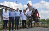 Foto: Valmierā atklāts bronzā atliets Štromberga BMX velosipēds