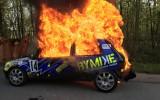 Foto: Rallija ekipāžai sadeg automašīna