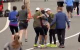Video: Sagurusi skrējēja ar labu cilvēku palīdzību tiek līdz finišam