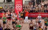 Video: Saguris maratonists saņem palīdzību, lai varētu finišēt Londonā