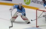 Video: KHL vārtsargs pieļauj briesmīgu kļūdu