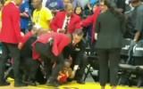 Video: Iekarsis fans mēģina tikt klāt sportistēm un tiek neitralizēts