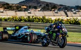 """Video: Rosi testē F1 bolīdu, Hamiltons sēžas uz """"MotoGP"""" motocikla"""