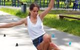 Video: Dāma demonstrē meistarību uz asfalta