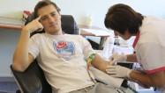 """Foto: HK """"Liepāja"""" hokejisti nodod asinis un ziedo Dzemdību nodaļai"""