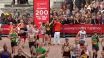 Saguris maratonists saņem palīdzību, lai varētu finišēt Londonā