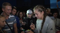 Ostapenko atlido pilota kabīnē, pateicas par atbalstu un dala autogrāfus
