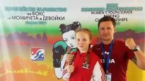 Boksere Marčenko pēc raunda beigām mēģina noformēt punktus