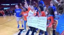 Divi NBA fani vienā spēlē iemet no centra un tiek pie 20 000 dolāru