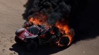 Romēnam Dimā Dakaras rallijā sadeg automašīna