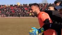 Neprāts futbolā: pēc vārtsarga noraidījuma glābj aizsargs