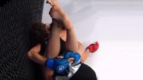 MMA cīkstone uzvar ar neparastu paņēmienu
