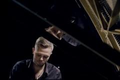 """Video: Jānis Ķirsis savu pirmo soloalbumu ieskaņo grupas """"ABBA"""" līdera studijā"""