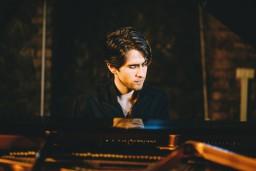 """Ciklā """"Dzimuši Latvijā"""" ar solokoncertu Dzintaru koncertzālē uzstāsies talantīgais pianists Georgijs Osokins"""