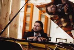 """Sagaidot savu 105. gadskārtu, kultūras pils """"Ziemeļblāzma"""" piedāvā  Andreja Osokina solokoncertu"""