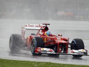 Alonso izrauj uzvaru lietainajā Lielbritānijas GP kvalifikācijā