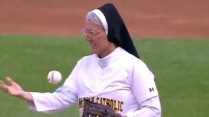 Video: Mūķene veic perfektu simbolisko metienu beisbolā