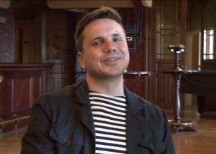"""Video: Komponists Andris Dzenītis par operu """"Dauka"""", miegainiem flautistiem un mūziku pelēkajiem zirņiem. Videointervija"""