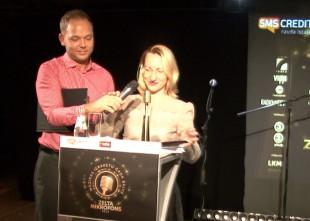 """Video: Lauris Reiniks dzen velnu Mūzikas ierakstu gada balvas """"Zelta mikrofons"""" preses konferencē"""