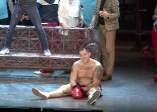 Video: Spēkavīrs Vidzis debitē Dailes teātrī un saņem nokautu no Dzelzīša
