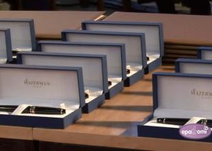 """Video: Rīgas labākajiem skolotājiem pasniegtas """"Zelta pildspalvas"""", bet skolēniem - stipendijas"""