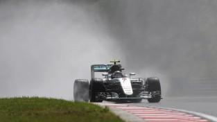 Vairākkārt pārtrauktā Ungārijas kvalifikācijā Rosbergs izcīna pirmo starta pozīciju