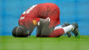 """""""Liverpool"""" kompensācijas laikā ar strīdīgu pendeli izrauj astoto uzvaru astoņās spēlēs"""