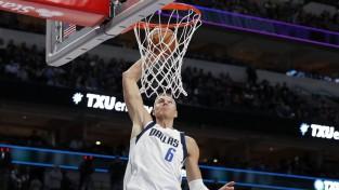 Porziņģim 20+15 uzvarā pār NBA čempioni
