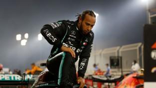 Pēc Grožāna avārijas atsāktajās sacensībās uzvaru Bahreinā izcīna Hamiltons