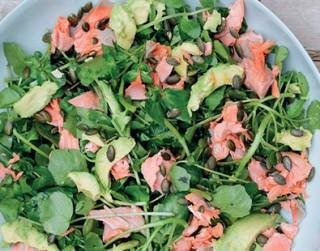 Laša, avokado, krešu un ķirbju sēkliņu salāti