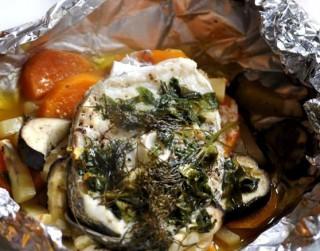Menca folijā ar dārzeņiem un garšaugu sviestu