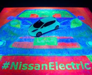 Nissan LEAF pārtop par iespaidīgu un tumsā spīdošu gleznu!