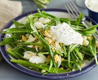 Ātrie pavasara salāti ar lakšiem un olu