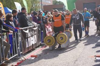 Spēkavīrs Šleckus labo pasaules rekordu čemodānu nešanā