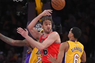 """""""Lakers"""" smagā cīņā pieveic """"Bulls"""" un pārtrauc 9 zaudējumu sēriju"""