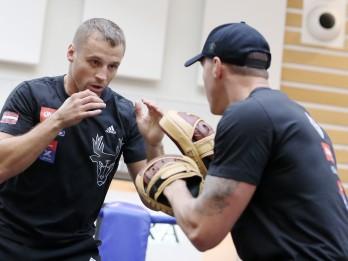 Foto: Mairis Briedis boksa ringā tirdzniecības centrā Domina