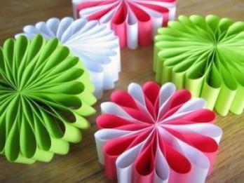 Vienkārši izgatavojami papīra rotājumi svētkiem