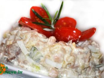 Auksti kūpinātas skumbrijas (makreles) salāti