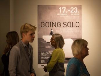 """Koncertzālē """"Cēsis"""" atklāta mākslas galerija un fotogrāfa Maika Pilkingtona izstāde"""