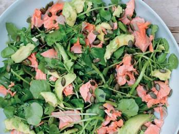 Naidželas Lāsones laša, avokado, krešu un ķirbju sēkliņu salāti